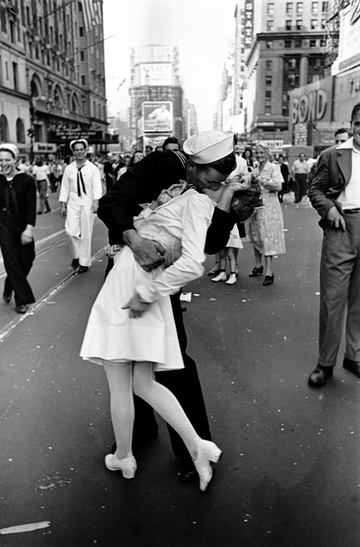 Times Square Kiss WWII